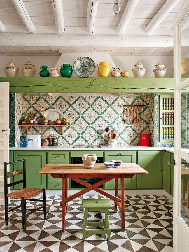 67. Cozinha com azulejo vintage e mesa retrô de madeira pequena – Foto Pinterest