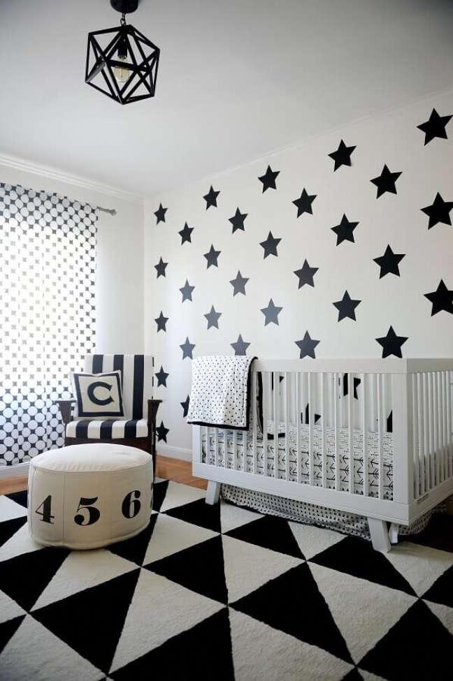 71. Como decorar um quarto de bebê preto e branco com parede de estrelinhas – Foto: Frenchy Fancy