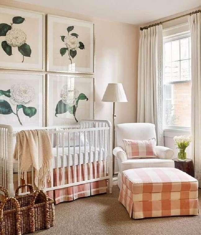 67. Como decorar um quarto de bebê feminino com quadros de flores e puff xadrez – Foto: Jeito de Casa