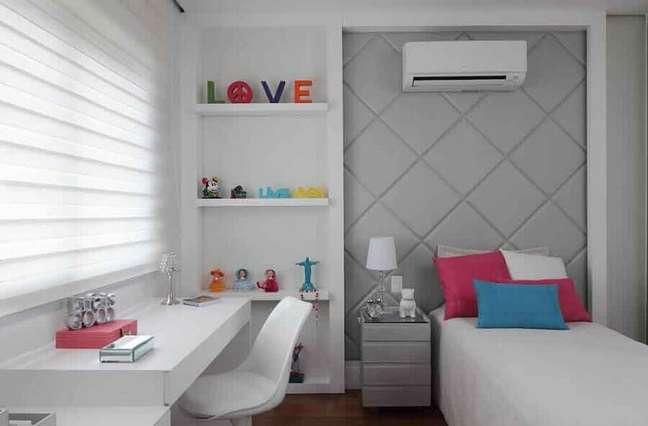 20. Como decorar um quarto de solteiro branco e cinza com cabeceira estofada e almofadas coloridas – Foto: Rocha Andrade Arquitetura