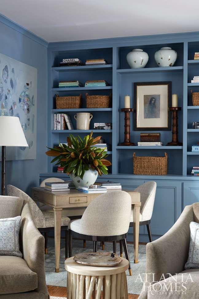 32. Decoração com cores de tinta para sala em azul claro com estante planejada com mesa para home office – Foto The Inspired Room