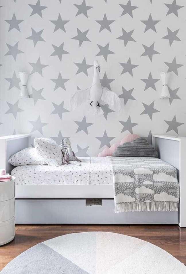 35. Como decorar um quarto infantil branco e cinza com papel de parede de estrelinhas – Foto: Pinterest