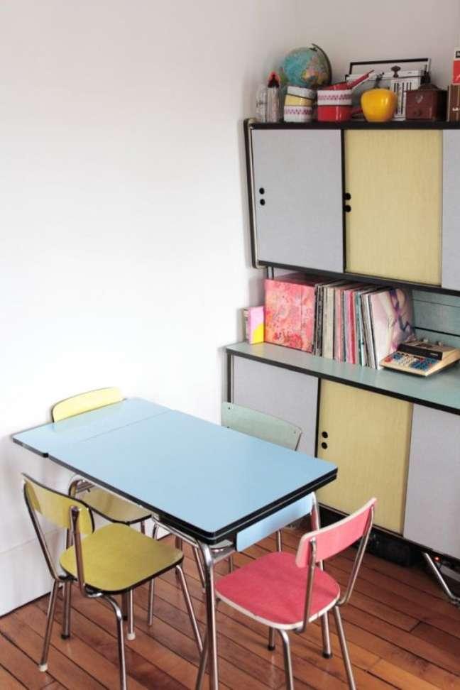 3. Sala pequena com pé de mesa retrô de ferro e cadeiras coloridas vintage – Foto Hello Blogzine