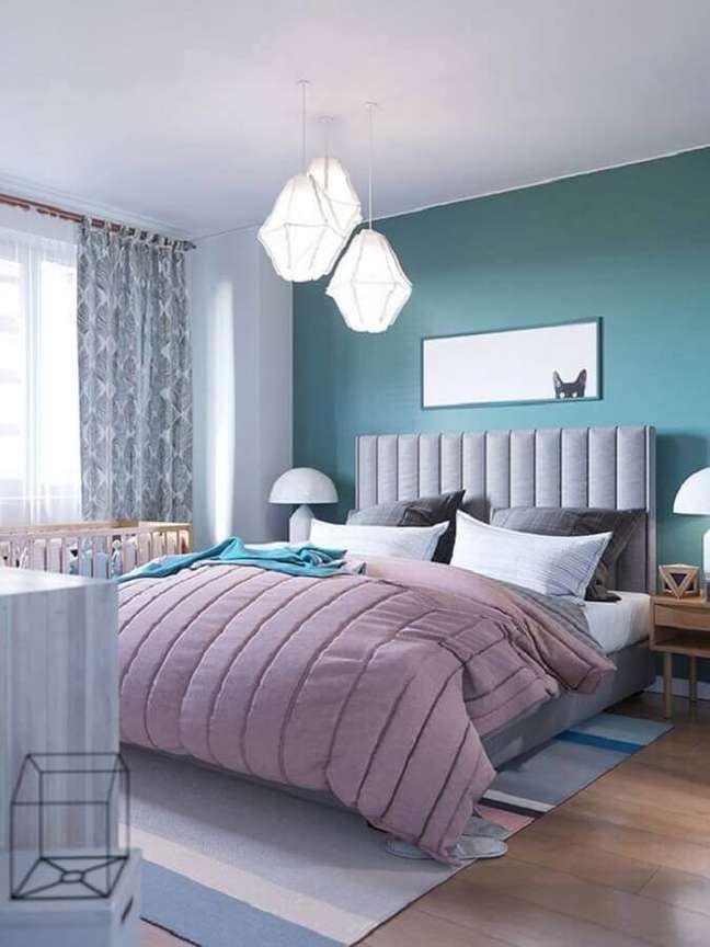 11. Como decorar um quarto de casal azul e branco com cabeceira cinza estofada e luminária moderna – Foto: Pinterest