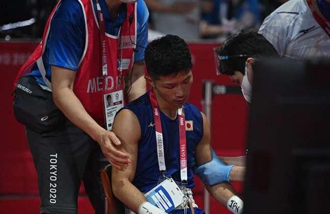 Tanaka precisou deixar o local da competição de cadeira de rodas (Foto: Luis ROBAYO / POOL / AFP)