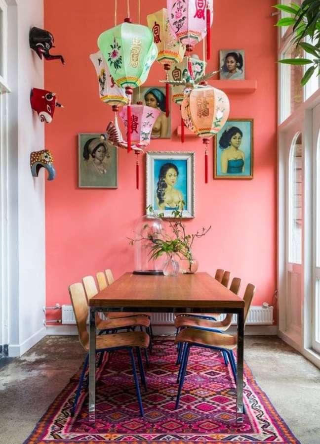 71. Sala de jantar com parede coral – Foto Jeito de Casa