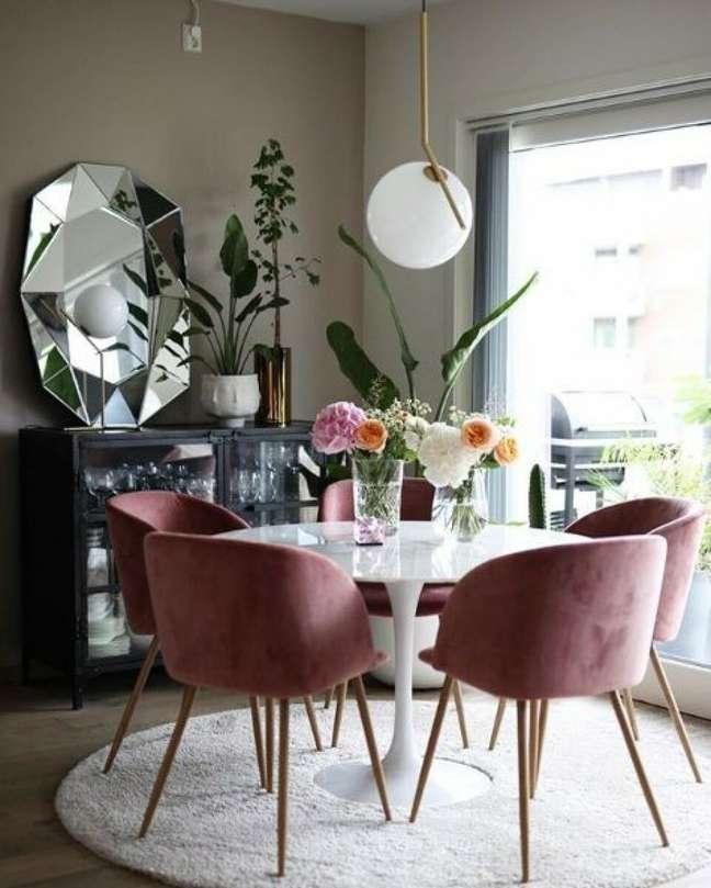 26. Mesa retro de granito com cadeiras cor de rosa – Foto Fashionismo