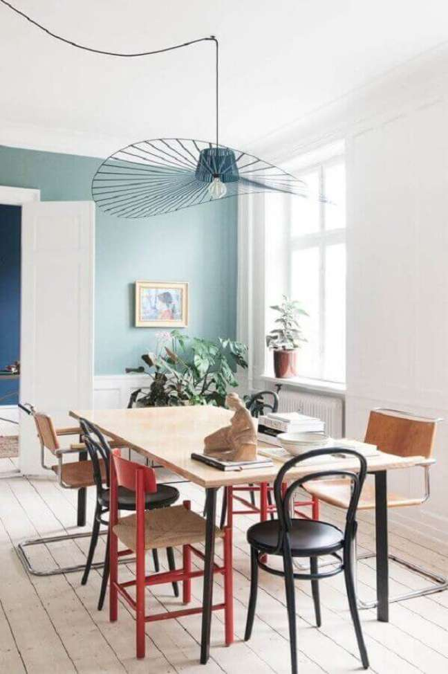 15. Cores de tinta para sala de jantar simples decorada com luminária moderna e parede azul claro – Foto Côté Maison