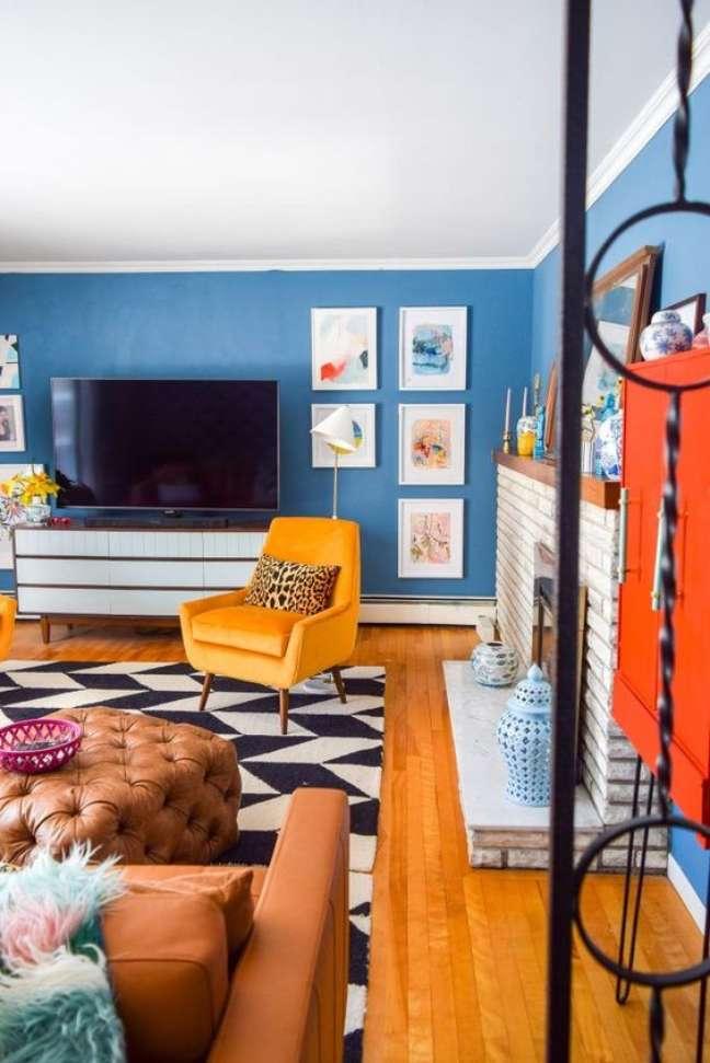 7. Sala retrô com cores de tinta para parede em azul royal – Foto Pinterset