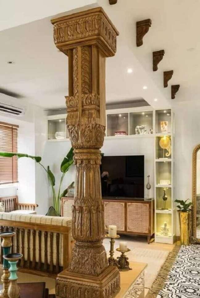 61. A coluna de madeira trabalhada reforça a decoração indiana para sala. Fonte: Pinterest