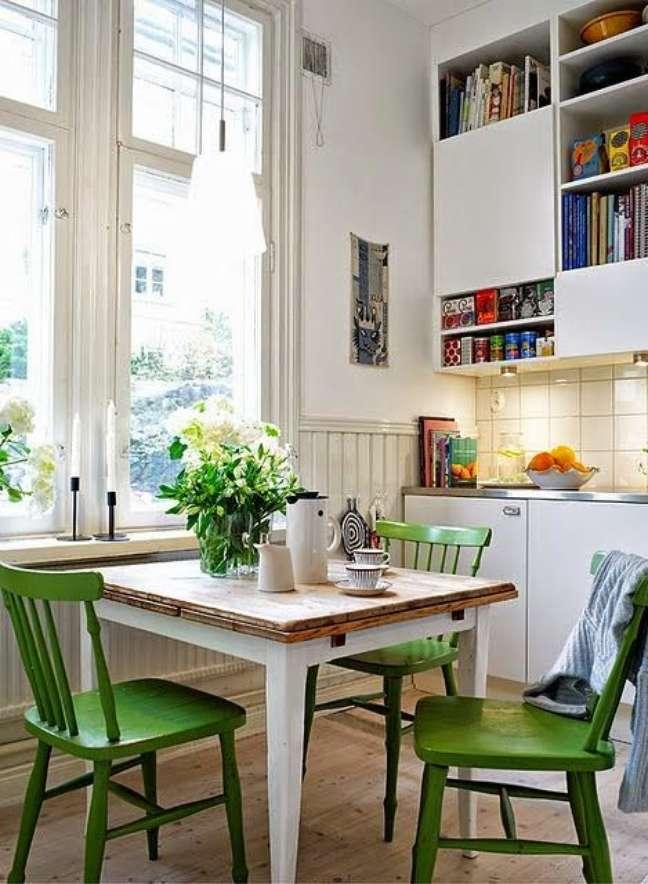 42. Mesa retrô quadrada para cozinha com cadeira de madeira verde – Foto Sallyarte