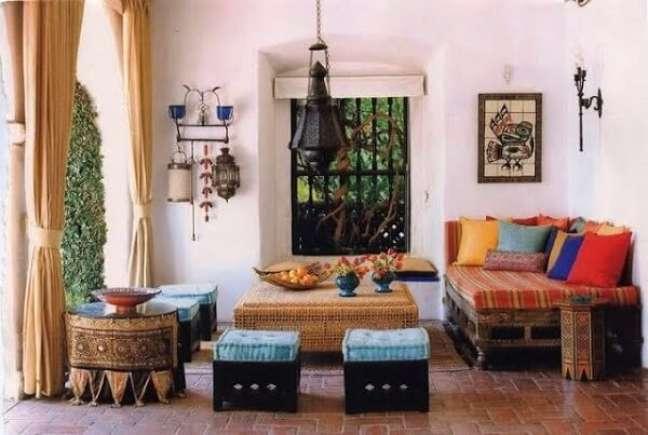 6. Os móveis baixos também estão presentes no estilo de decoração indiana. Fonte: Pinterest