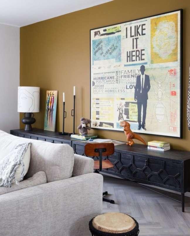 5. Decoração com cores de tinta para sala em mostarda e quadros criativos e modernos – Foto Pinterest