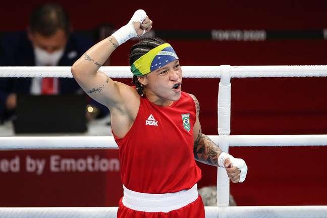 Bia Ferreira vvibra após vencer Kodirova nesta terça-feira, na semifinal da categoria até 60kg Gaspar Nóbrega/COB