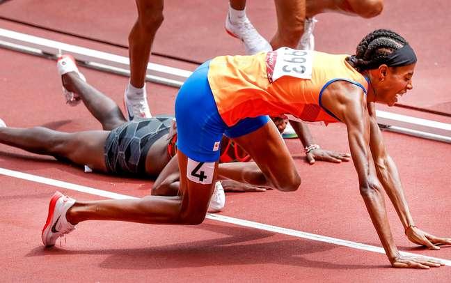 A holandesa Sifan Hassan corria uma das eliminatórias dos 1.500m feminino quando tropeçou na queniana Edina Jebitok.