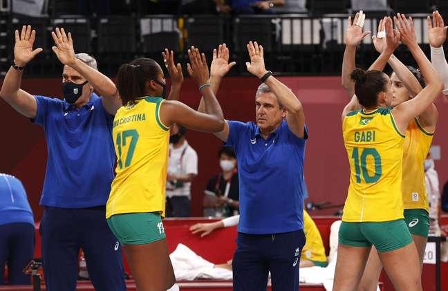 José Roberto Guimarães celebra vitória do Brasil nos Jogos Olímpicos de Tóquio Valentyn Ogirenko Reuters