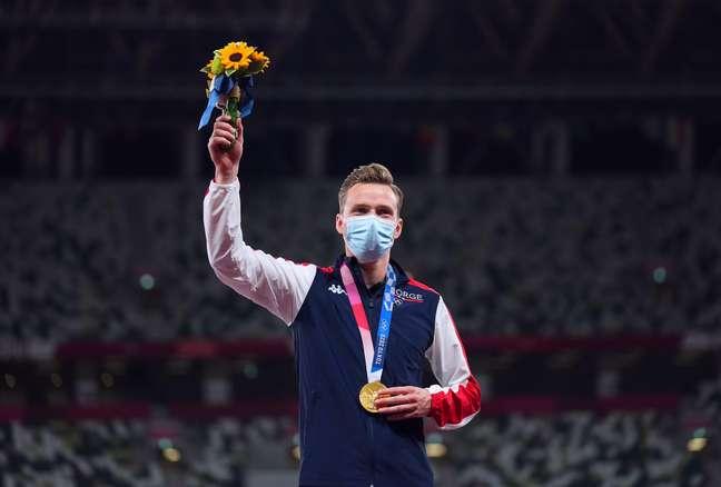 Karsten Warholm comemora medalha de ouro conquistada nos Jogos Olímpicos de Tóquio Aleksandra Szmigiel/Reuters