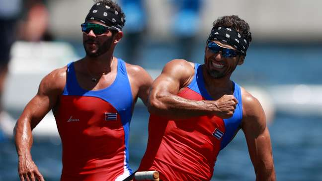 Os cubanos Serguey Torres Madrigal e Jorge Enriquez Fernando Dayan celebram medalhas ouro Yara Nardi/Reuters