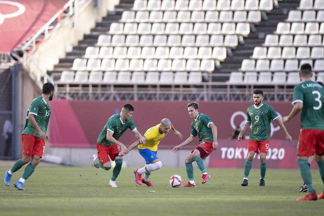 Richarlison encara a marcação dos jogadores mexicanos nesta terça-feira na semifinal dos Jogos Olímpicos de Tóquio Lucas Figueiredo/CBF