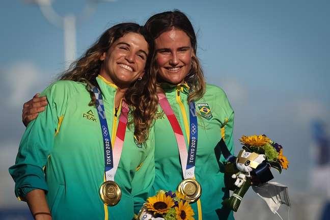 Martine Grael e Kahena Kunze recebem a medalha de ouro