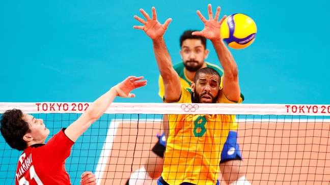 Wallace bloqueia o ataque de Ran Takahashi nesta terça-feira nos Jogos Olímpicos de Tóquio Carlos Garcia Rawlins/Reuters