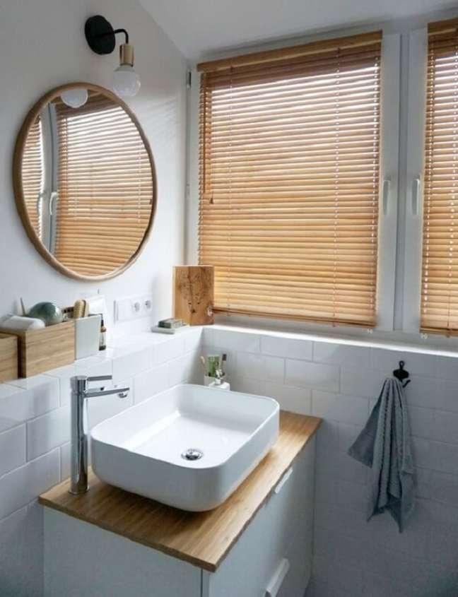 27. A persiana de madeira quebra a neutralidade do banheiro. Fonte: Pinterest