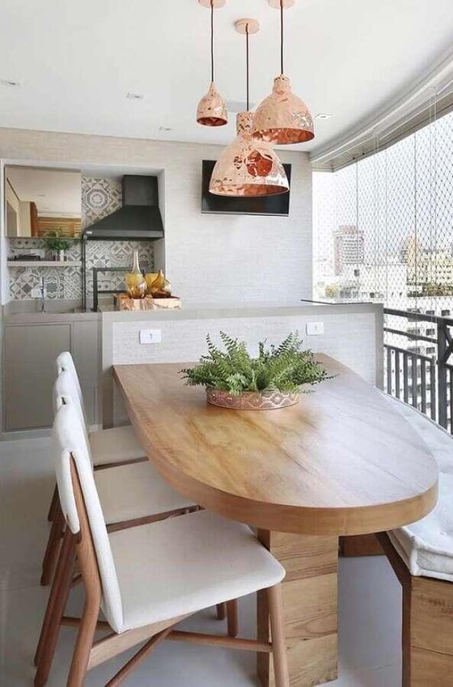49. Mesa planejada para decoração de apartamento com varanda gourmet e churrasqueira – Foto: Pinterest