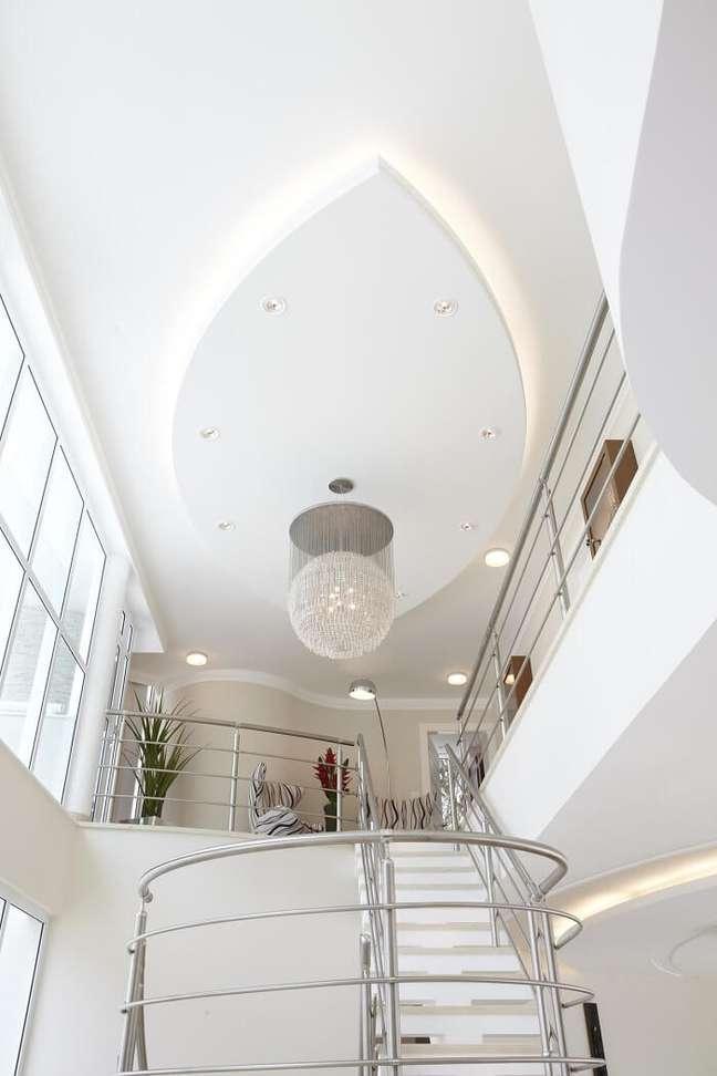 48. A sanca de gesso invertida realça ainda mais a presença do lustre para escada. Projeto de Aquiles Nicolas Kílaris