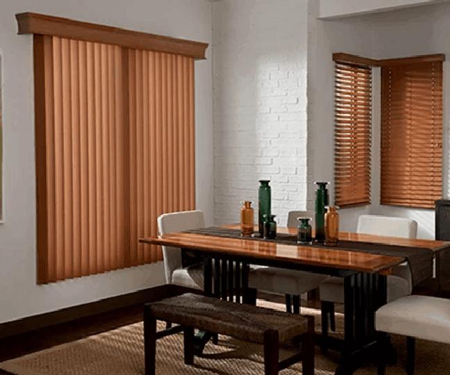 45. Sala de jantar com persiana de madeira vertical. Fonte: Pinterest
