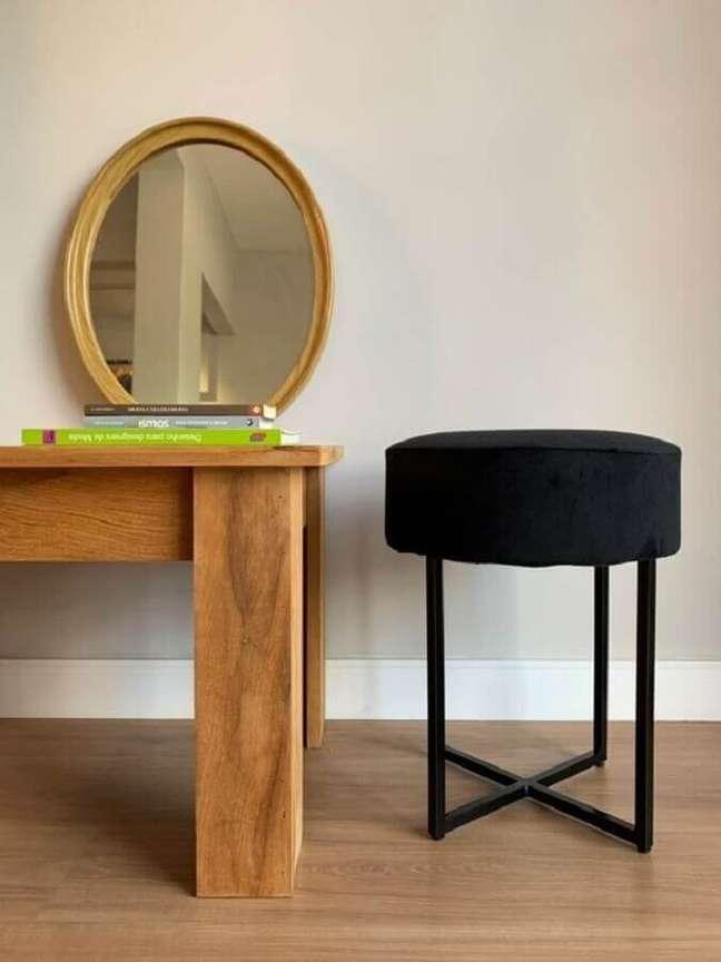 36. Decoração simples com puff banqueta redondo preta – Foto: Pinterest