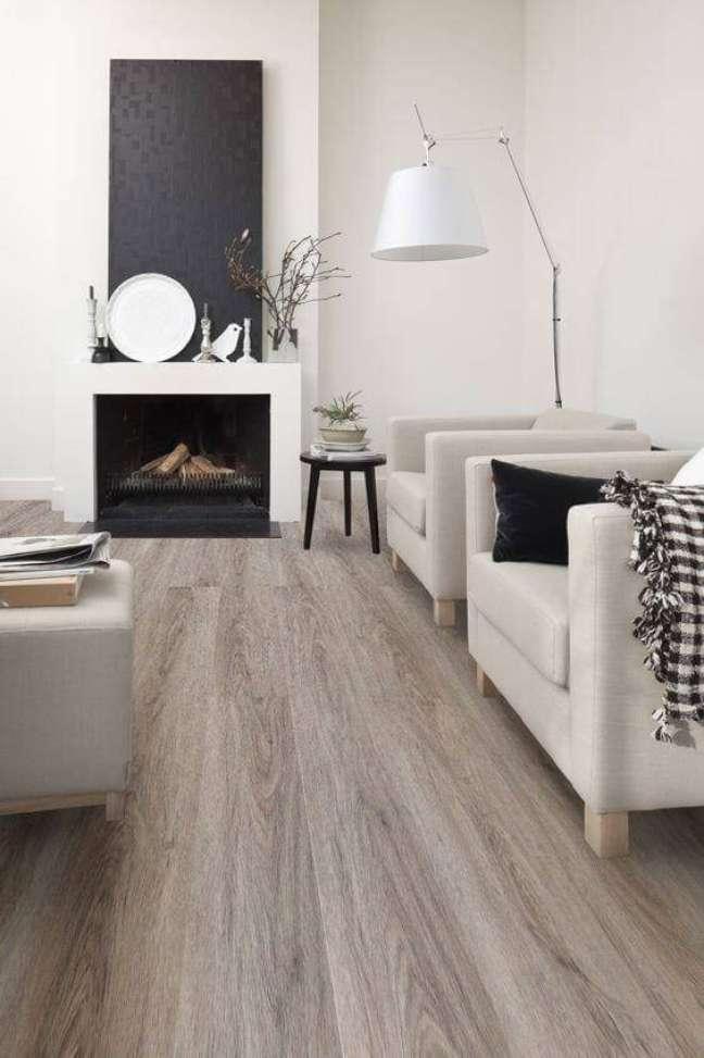 11. Carpete de madeira para sala de estar clássica com poltronas e mesa de centro – Foto Pinterest