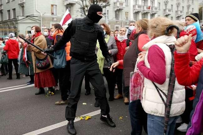Aposentados discutem com um policial durante uma manifestação no ano passado