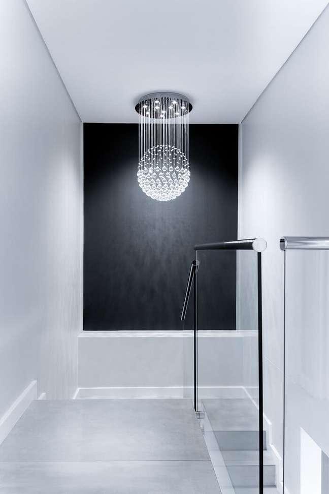 2. Guarda-corpo de vidro e lustre para escada de cristal. Fonte: Pró-Reforma