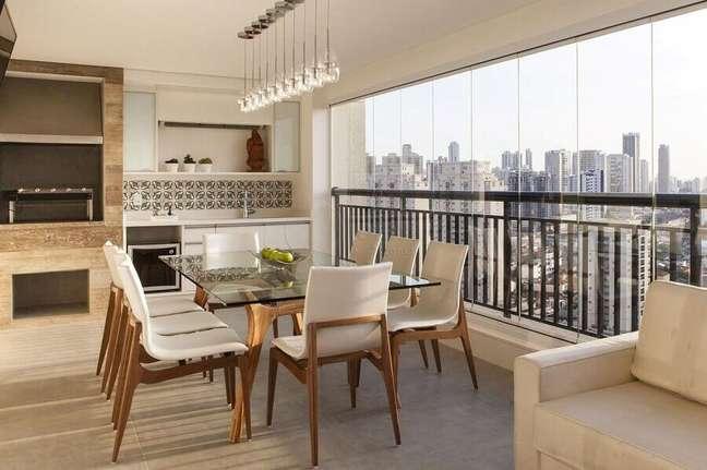 47. Mesa de vidro para decoração em cores claras de apartamento com varanda gourmet – Foto: Lolafá
