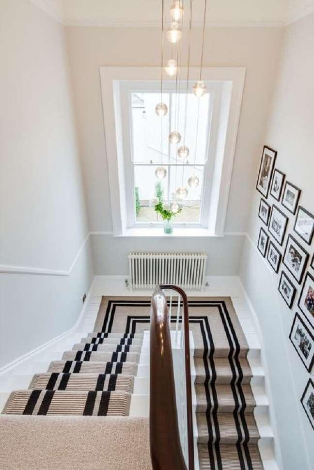 38. Lustre para escada com design delicado. Fonte: Pinterest