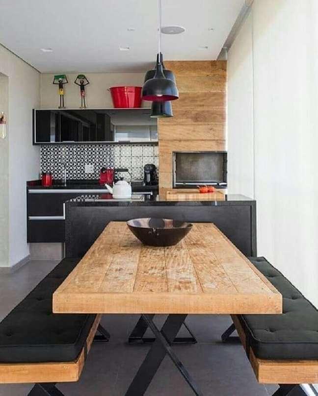 59. Revestimento e mesa de madeira para decoração de apartamento com varanda gourmet – Foto: Iaza