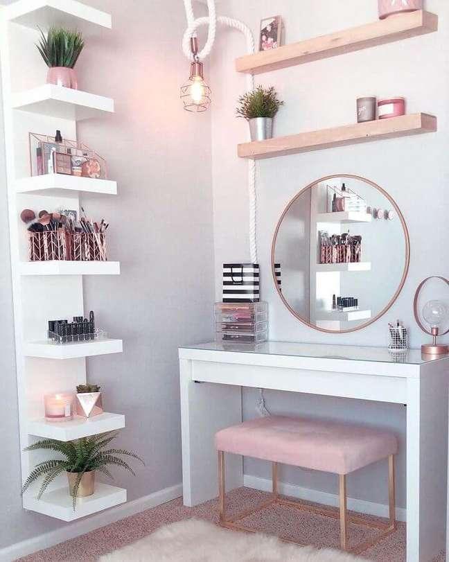 24. Decoração de quarto feminino com puff banqueta para penteadeira branca – Foto: Pinterest