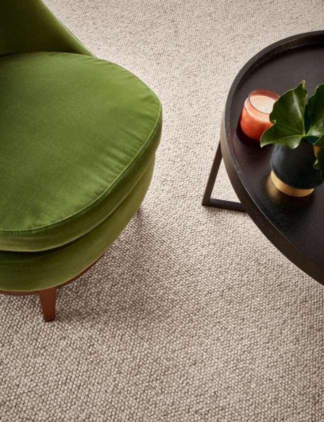 24. Carpete para sala com poltrona verde e mesa preta – Foto Godfrey Hirst