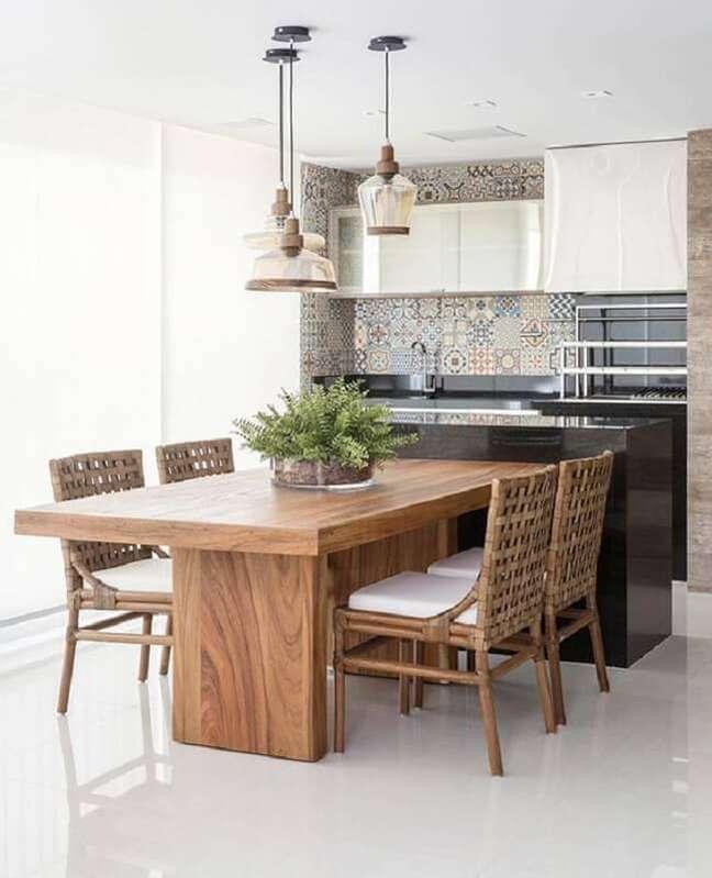 12. Apartamento com varanda gourmet decorado com luminária de vidro para mesa de madeira – Foto: Arkpad