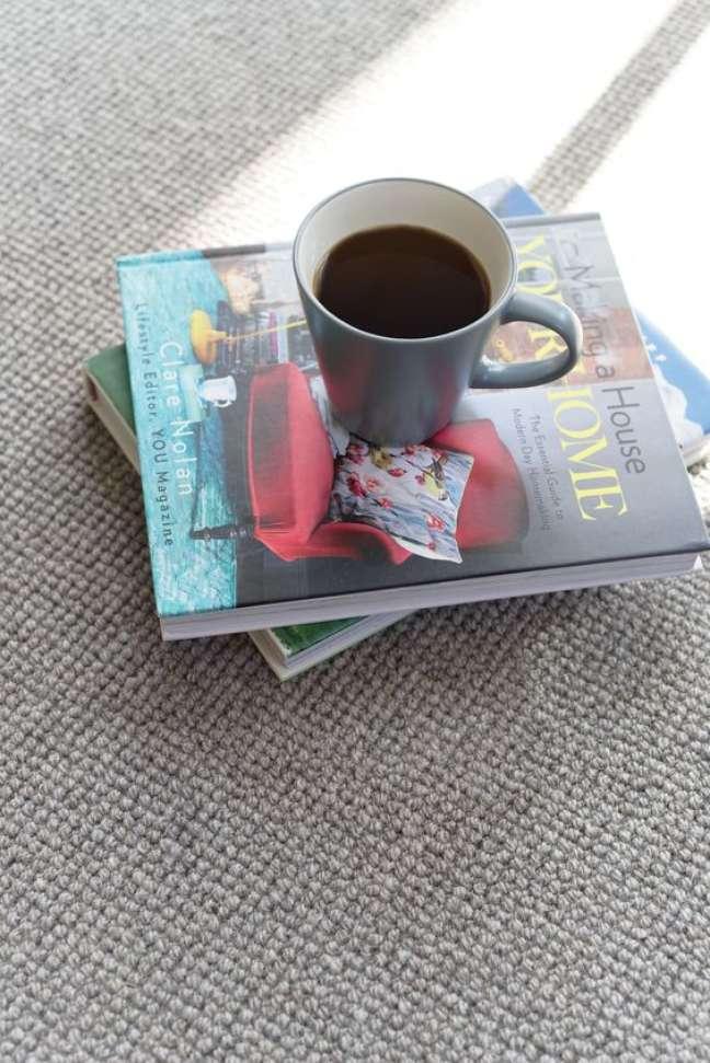 26. Carpete para sala com textura e decoração de livros – Foto Brockway