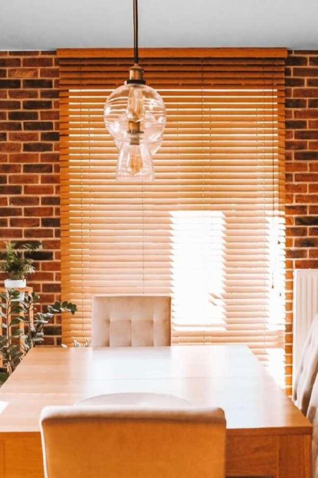 46. Sala de jantar decorada com persiana de madeira. Fonte: Pinterest