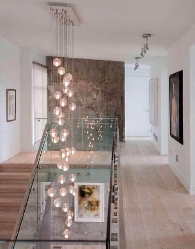 49. Aposte em lustres para vão de escada. Fonte: Pinterest