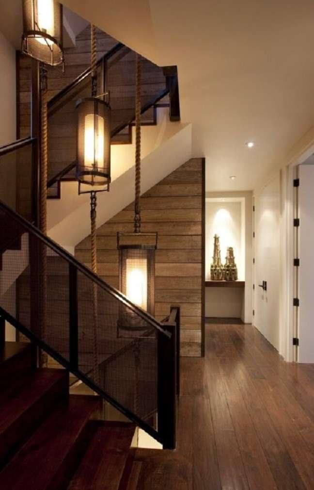 13. O lustre para escada se estende por todos os andares do imóvel. Fonte: Pinterest