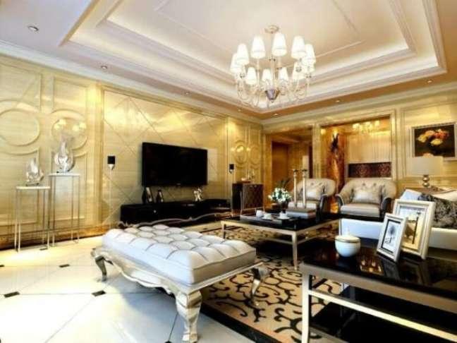 25. Decoração de gesso no quarto luxuoso com lustre de cristal e móveis classicos – Foto Pinterest