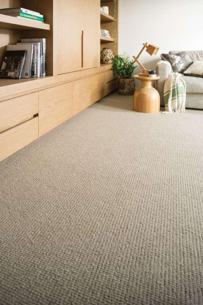 38. Carpete para sala moderna com móveis de madeira – Foto Choices Flooring