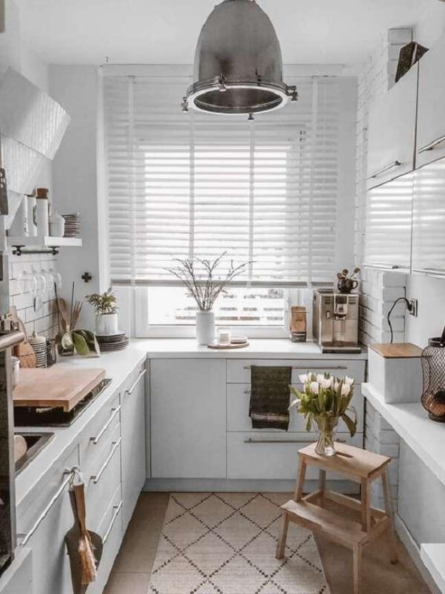 4. A persiana de madeira branca se mistura a decoração clean da cozinha. Fonte: Pinterest