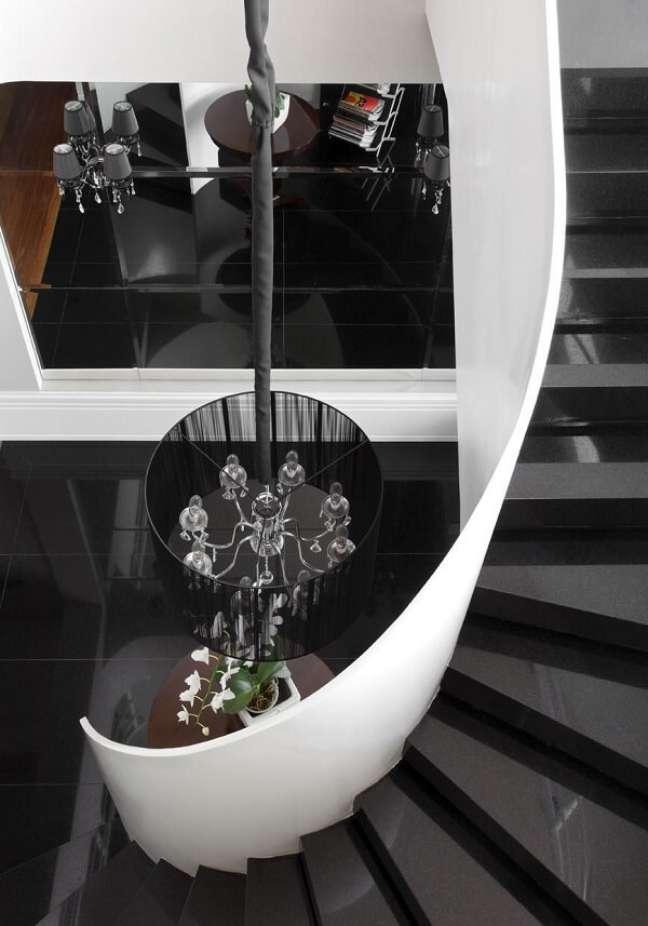 40. Lustre para escada com acabamento preto. Projeto de Olegário de Sá & Gilberto Cioni