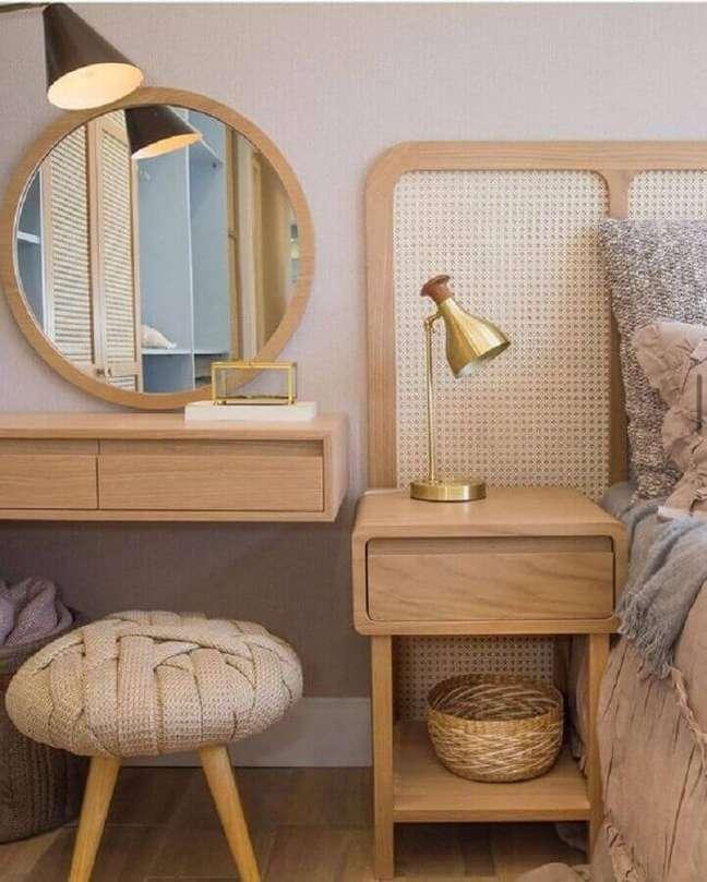 49. Puff banqueta redondo para decoração de quarto com penteadeira pequena – Foto: Pinterest