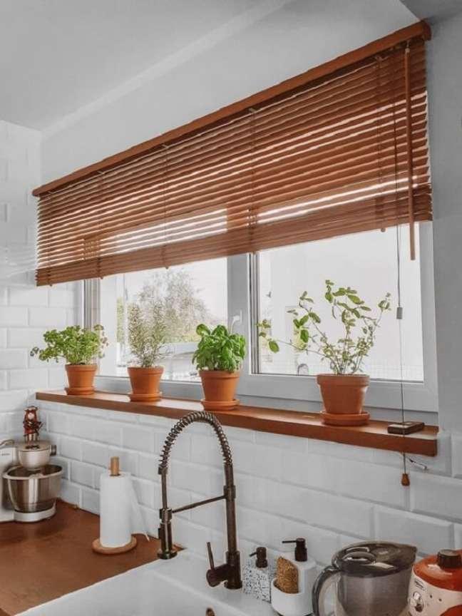 38. Para as janelas da cozinha, invista em uma persiana de madeira. Fonte: Pinterest