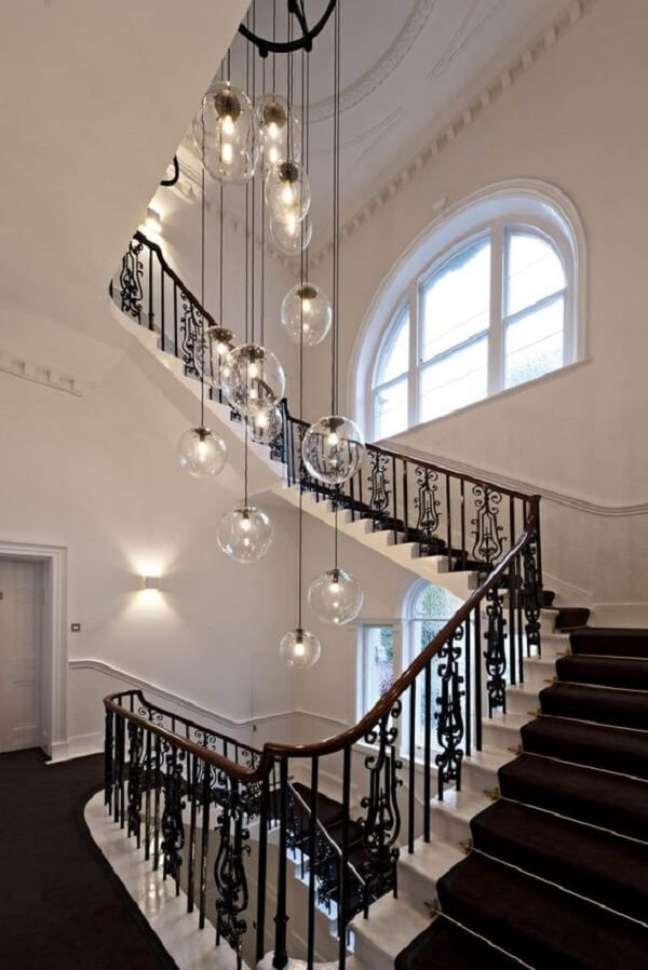 5. O lustre para escada redondo acompanha a decoração clássica do espaço. Fonte: Pinterest